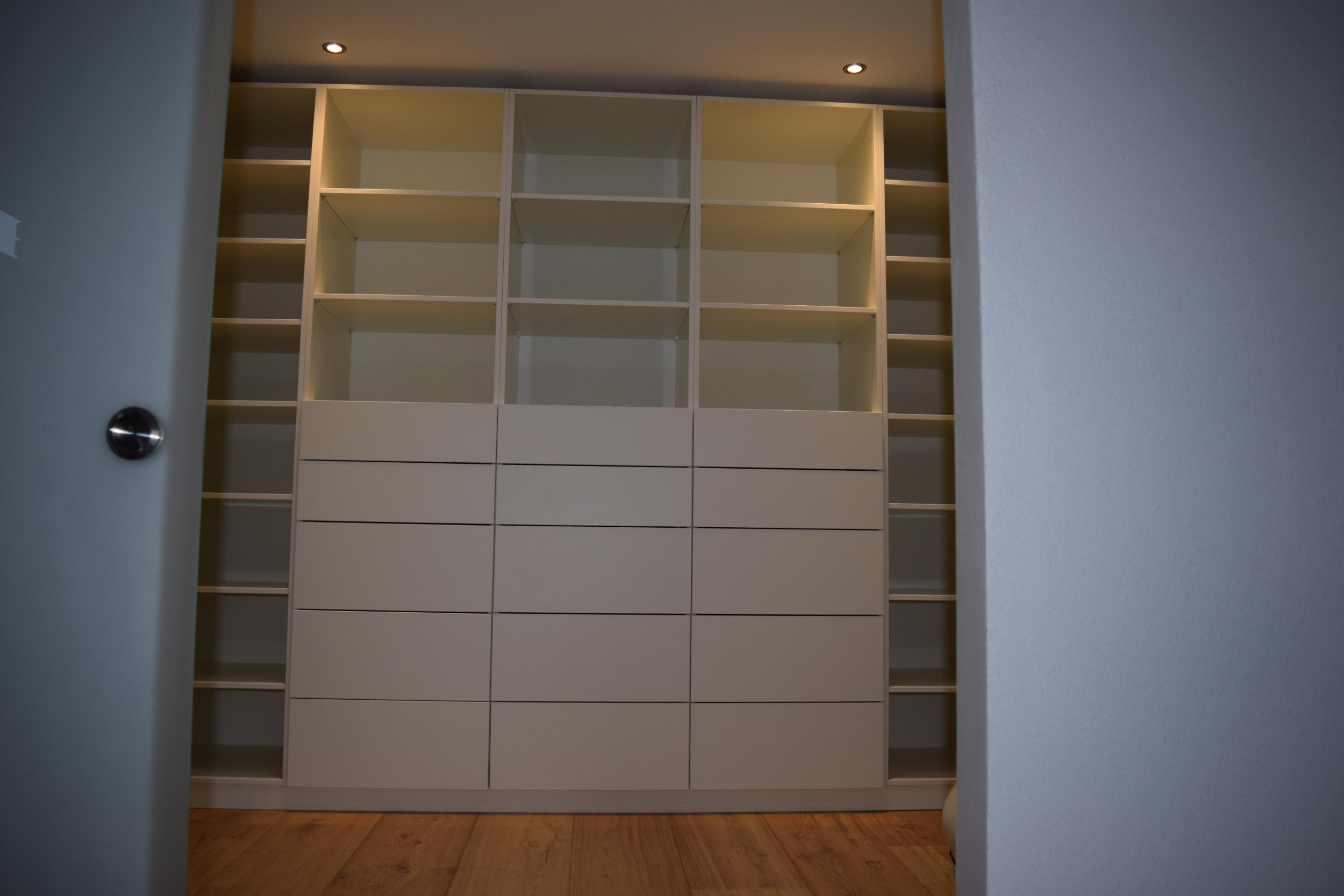 ankleidezimmer mit garderobenlift fuisting tischlerei soest. Black Bedroom Furniture Sets. Home Design Ideas